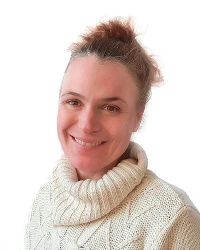Rut Raventós : Diplomada en Infermeria. Especialista en sexualitat a través de la Tactoteràpia i formada en Tantra.